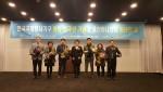 한국국제봉사기구 창립 30주년기념 표창패 수상(가운데 박을남 회장)