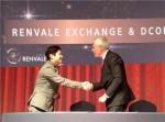 디글로벌홀딩스 공동대표 겸 디코인에셋 CFO 안승혁(좌측)과 랜밸캐피탈 CEO윌 콜린스(우측)이 제휴협정 계약을 체결하고 악수를 나누고 있다