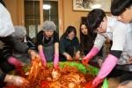 국립중앙청소년수련원 대학수학능력시험을 마친 고3 더드림캠프에 참가한 청소년들이 김장김치를 버무리고 있다