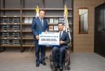 차성수 한국교직원공제회 이사장(왼쪽)과 이광원 한국장애인재단 사무총장이 기념촬영을 하고 있다