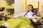 헌혈하는 권덕철 보건복지부 차관