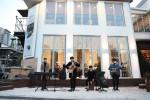 경의선숲길 일대의 소상공인 매장에서 인디밴드 공연이 진행되고 있다