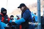 함께하는 사랑밭 홍보대사인 마술사 이준형이 개미마을을 방문해 연탄봉사에 참여했다