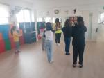 유니티크루 박세희 학생이 구로파랑새나눔터지역아동센터 어린이들과 함께 방송댄스 강좌를 진행하고 있다