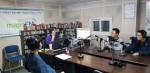 숭문고등학교 3학년 학생들이 마포FM 스튜디오에서 라디오톡 방송을 진행하고 있다