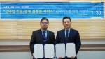 이진혁 다우데이타 전무(왼쪽)와 김향수 투디엠 대표가 서울 역삼동 투디엠 본사에서 영업력 강화와 서비스확산을 위한 업무제휴 MOU를 맺고 있다