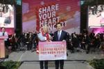 인천공항공사 정일영 사장이 왼쪽 대한적십자사 인천지사 김창남 부회장에게 기부금을 전달하며 기념촬영을 하고 있다