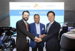 (왼쪽부터)체결식에 참석한 싱클레어 방송 그룹 크리스토퍼 리플리 CEO, 하만 디네시 팔리월 CEO, SK텔레콤 박정호 사장이 기념촬영을 하고 있다