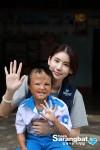 함께하는 사랑밭 홍보대사 배우 오인혜가 화상피해아동 안을 안고 있다
