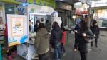 부천 시민들이 부천자유시장의 새로운 상징으로 떠오르는 고등어케밥을 시식하고 있다