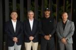 (왼쪽부터)현대자동차그룹 정의선 수석 부회장, PGA투어 커미셔너 제이 모나한, 타이거 우즈 재단의 타이거 우즈 선수, 제네시스사업부 맨프레드 피츠제럴드 부사장이 협약식을 맺고 기념촬영을 하고 있다