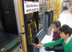 LG유플러스 직원들이 인터넷 백본망에 구축된 86Tbps 라우터 장비를 점검하고 있다