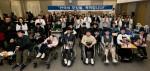대학에 입학 또는 졸업하는 희귀질환자들을 축하하기 위한 제8회 한국의 호킹들 축하합니다 행사에 참여한 학생 및 관계자들이 기념촬영을 하고 있다
