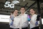 세계 최대 모바일 전시회 모바일 월드 콩그레스 2019 개막을 이틀 앞둔 23일(현지시간) 삼성전자 최초 5G 스마트폰 갤럭시 S10 5G를 소개하고 있는 모습