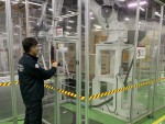 LG전자 직원이 안전펜스, 출입문 비상정지장치,  안전제어 시스템 등 산업용 로봇 안전 기준을 점검하고 있다