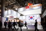 SK텔레콤이 스페인 바르셀로나에서 열리고 있는 MWC에서 3.1절에 맞춰 전시관 대형 디스플레이를 통해 태극기 변천사를 소개하고 소셜 VR 시연을 활용해 관람객들에게 대한민국 100주년을 알리고 있다
