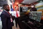 KT 전시관 내 5G 360도 비디오 존에서 관람객이 관련 서비스를 체험하고 있다