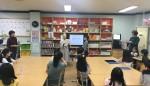 현혜영 관장이 꿈자람교실 졸업자에게 졸업장을 수여하고 있다