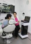 잇몸과 구강상태를 디지털스캔하여 환자에게 설명 중인 정유미 원장