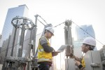 SK텔레콤 직원들이 강남역 사거리 인근에서 기지국 점검을 하고 있다