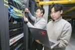 KT직원들이 5G 에지 통신센터에서 KT의 5G 네트워크를 점검하고 있다