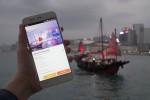 여행객들이 클룩앱을 통해 현지에서 액티비티를 예약하는 모습