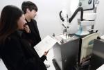 KT 5G체험관에서 5G로봇화가가 방문 고객들의 초상화를 그려주고 있다