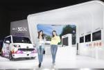 SK텔레콤 홍보모델들이 서울모터쇼 전시관 앞에서 포즈를 취하고 있다