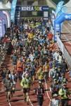 코리아 50K 참가자들이 스타트 라인을 출발하고 있다