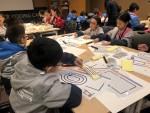 오조봇과 컬러코드를 활용하여 코딩 체험을 하고 있는 홍콩 학생