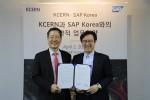 (왼쪽부터)KCERN 이민화 이사장과 SAP 코리아 이성열 대표가 MOU 체결 후 기념촬영을 하고 있다