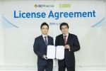 (왼쪽부터)허은철 GC녹십자 사장과 나카무라 요시카즈 일본 클리니젠 대표이사 사장이 헌터라제 ICV 기술수출 계약을 맺고 포즈를 취하고 있다