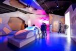 관람객들이 2019 밀라노 디자인 위크에서 모빌리티 내부 공간이 계속 변화하고 새로운 모습을 선보이는 프로젝션 맵핑 퍼포먼스를 통해 현대자동차의 미래 고객 경험 전략 방향성인 스타일 셋 프리 콘셉트가 적용된 자동차를 형상화한 조형물을 체험하고 있다