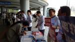 이재오 4대강국민연합 공동대표(오른쪽 두 번째)가 22일 서울역에서 4대강 보해체 반대 천만인 서명운동 출정식을 갖고 4대강국민연합 회원들과 서명운동을 하고 있다