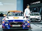 중국 유명 배우이자 프로 드라이버인 고 화양 선수가 TCR 아시아 시리즈 중국경기를 앞두고 2019 상하이 국제모터쇼 현대자동차 전시장에 있는 고성능 경주차 i30 N TCR 앞에서 포즈를 취하고 있다