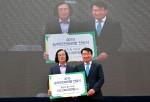 (왼쪽부터) 이석우 충남 홍성군 결성면 원성곡마을 이장, 우측 조경연 생명보험사회공헌재단 상임이사가 생명사랑 결의대회 및 제4회 건강체험 한마당 행사에서 농약안전보관함을 전달했다