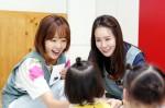 대한사회복지회 의정부영아원을 찾아 봉사활동을 펼치고 기부금과 물품을 전달한 배우 김정은과 소유진