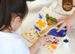 과일물감 에코백 만들기 체험하는 참가 어린이