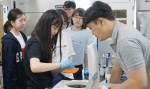 학생들이 원예학 분야에 참가해 전공 체험을 하고 있다