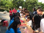 캠페인 참가자들이 미아방지 목걸이 달아주기 봉사활동을 하고 있다