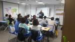 구리시청소년수련관이 진행한 수상안전 이론 교육에서 교육생들이 강의를 듣고 있다