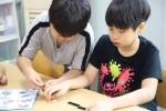 블럭을 이용해 장애아동과 비장애아동이 함께 마을을 주제로 만들기를 하고 있다