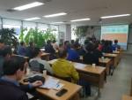 2019년 신중년 사회공헌활동 지원사업의 참여자들이 기초교육을 받고 있다