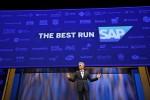 기조연설에서 경험데이터의 중요성에 대해 발표하고 있는 빌 맥더멋 SAP CEO
