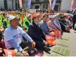 서울역 광장에서 열린 4대강 보해체저지 투쟁 제1차 범국민대회에서 이재오 4대강국민연합 공동대표가 김무성 의원 등 귀빈들과 함께 앉아서 행사를 관람하고 있다