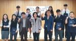 아랫줄 왼쪽 세 번째부터 강창진 교장, 윤지연 프라디움장학회 이사장, 유근준 교감이 장학생들과 함께 기념사진을 촬영하고 있다