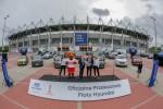 왼쪽부터 세바스찬 시보롭스키 현대차 폴란드법인 매니징 디렉터가 제롬 마테우치 FIFA 후원사 마케팅 총괄에게 모형키를 전달하는 모습