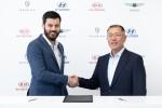 (왼쪽부터) 리막의 마테 리막 CEO와 현대차그룹 정의선 수석부회장가 협력에 대한 계약을 체결하고 악수를 나누고 있다