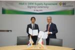 (왼쪽부터)야오 유키토시 아크레이 최고재무책임자와 안은억 GC녹십자엠에스 대표가 당화혈색소 측정 시스템 공급 계약을 맺고 기념 사진을 찍고 있다