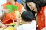 오렌지라이프에서 가정의 달 맞아 아이들과 함께 하는 촉감놀이를 진행하고 있다